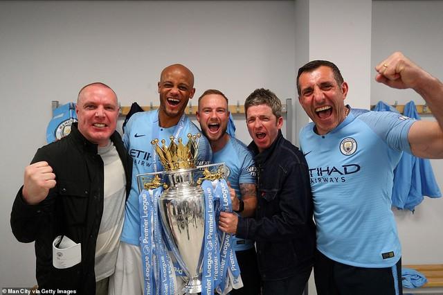 ẢNH: Khoảnh khắc ấn tượng trong ngày Man City đăng quang Ngoại hạng Anh - Ảnh 10.