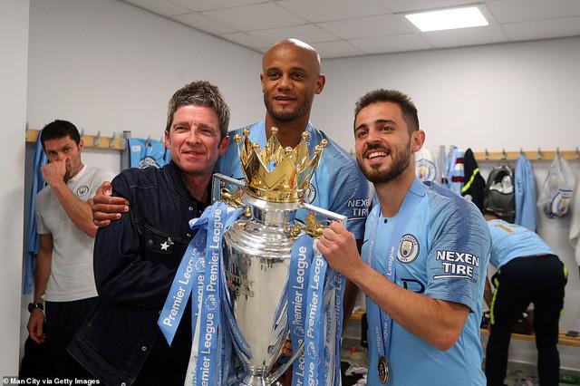 ẢNH: Khoảnh khắc ấn tượng trong ngày Man City đăng quang Ngoại hạng Anh - Ảnh 11.