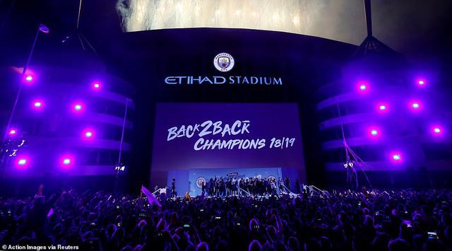 ẢNH: Khoảnh khắc ấn tượng trong ngày Man City đăng quang Ngoại hạng Anh - Ảnh 12.