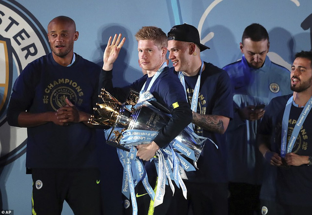 ẢNH: Khoảnh khắc ấn tượng trong ngày Man City đăng quang Ngoại hạng Anh - Ảnh 18.