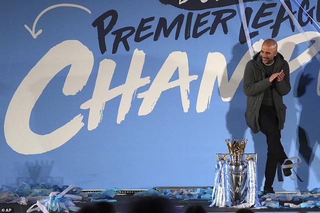 ẢNH: Khoảnh khắc ấn tượng trong ngày Man City đăng quang Ngoại hạng Anh - Ảnh 16.