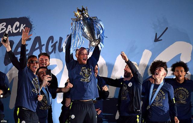 ẢNH: Khoảnh khắc ấn tượng trong ngày Man City đăng quang Ngoại hạng Anh - Ảnh 19.