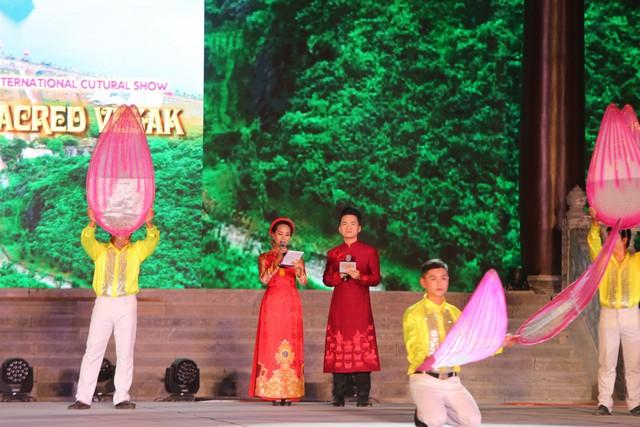 MC Hạnh Phúc cùng 100 nghệ sĩ quốc tế trình diễn trước hàng vạn khán giả - Ảnh 2.