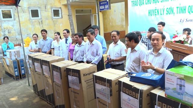 Thăm khám bệnh miễn phí cho hơn 300 thầy cô giáo tại đảo Lý Sơn - Ảnh 1.
