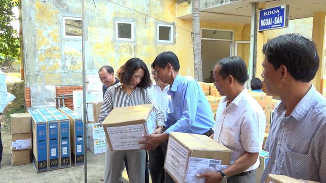 Thăm khám bệnh miễn phí cho hơn 300 thầy cô giáo tại đảo Lý Sơn - Ảnh 2.