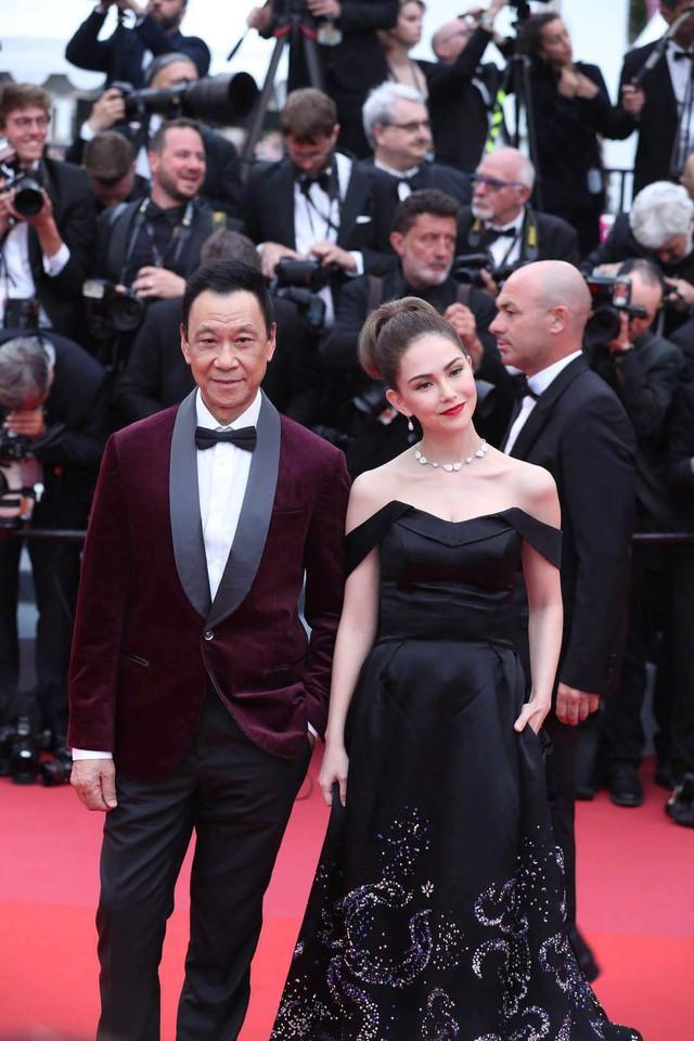 Châu Kiệt Luân bị phát hiện lẫn trong đám đông ngắm vợ tại Cannes - Ảnh 2.