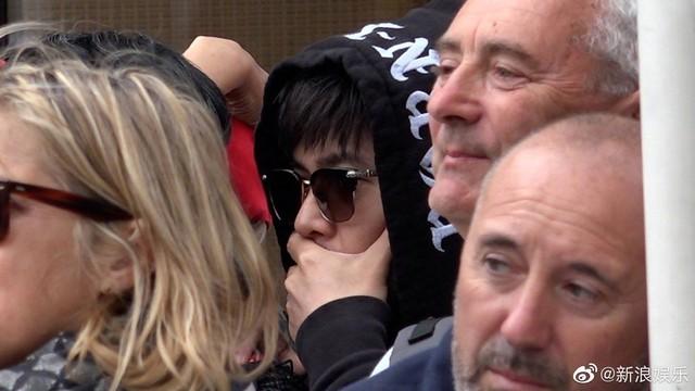 Châu Kiệt Luân bị phát hiện lẫn trong đám đông ngắm vợ tại Cannes - Ảnh 3.