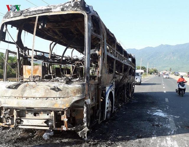 Xe giường nằm cháy trơ khung, hàng chục hành khách thoát nạn - Ảnh 1.