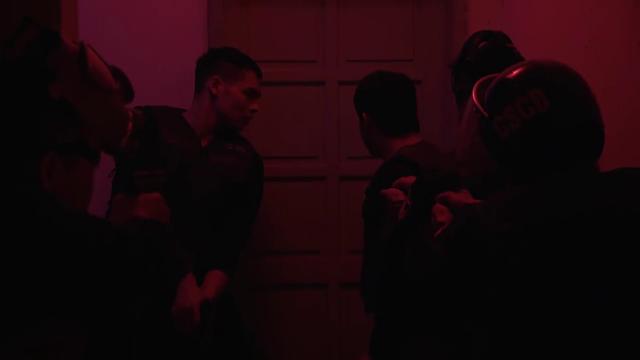 Mê cung - Tập 7: Cho cảnh sát 10 giây rút lui, Fedora có kích hoạt bom quấn quanh người mẹ đẻ? - Ảnh 5.
