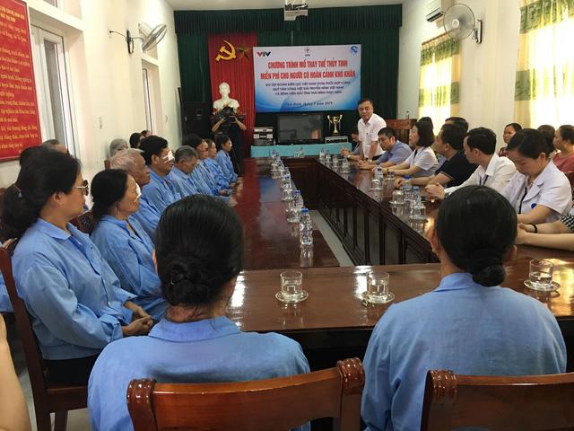 Hỗ trợ 560 triệu đồng mổ thay thể thủy tinh cho 200 người cao tuổi tại tỉnh Thái Bình - Ảnh 1.