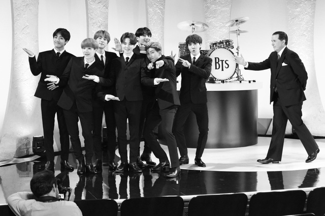 BTS bỗng hóa thành ban nhạc huyền thoại The Beatles - Ảnh 1.