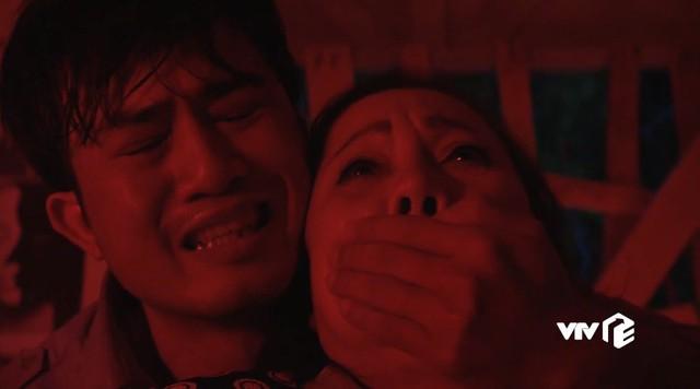 Mê cung - Tập 7: Quặn lòng cảnh Fedora vừa khóc, vừa hát ru bên mẹ đẻ - Ảnh 1.