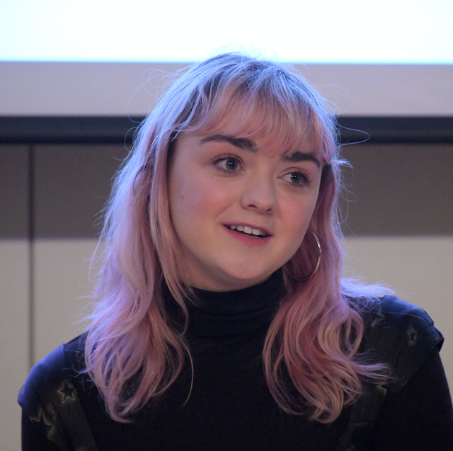 maisie-williams-pink-hair-1553641664-155799327872682265955.png