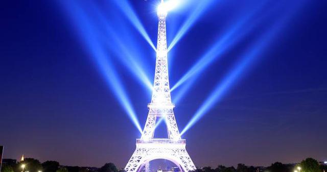 Tháp Eiffel thắp đèn mừng 130 năm tuổi - Ảnh 5.