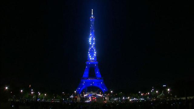 Tháp Eiffel thắp đèn mừng 130 năm tuổi - Ảnh 2.