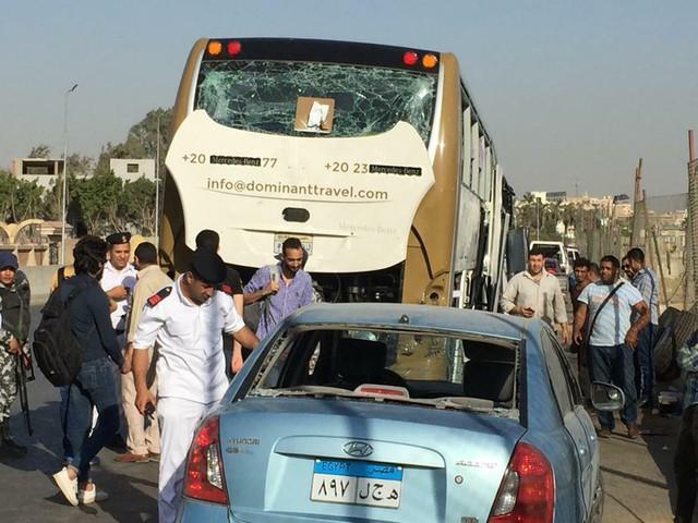 Ai Cập: Đánh bom nhằm vào xe bus chở du khách, ít nhất 17 người bị thương - Ảnh 1.