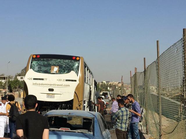 Ai Cập: Đánh bom nhằm vào xe bus chở du khách, ít nhất 17 người bị thương - Ảnh 2.