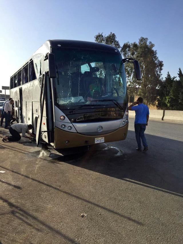 Ai Cập: Đánh bom nhằm vào xe bus chở du khách, ít nhất 17 người bị thương - Ảnh 3.