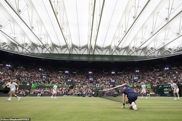 Các tay vợt hào hứng trải nghiệm mái che tại sân số 1 của Wimbledon - Ảnh 1.