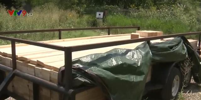 Mỹ: Cứu 16 người bị nhồi nhét trong thùng gỗ - Ảnh 1.