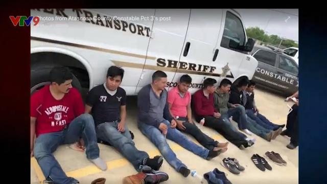 Mỹ: Cứu 16 người bị nhồi nhét trong thùng gỗ - Ảnh 3.