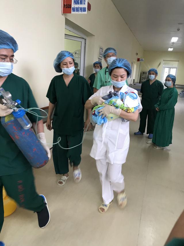 20 bác sĩ mổ bắt con cho sản phụ ung thư vú giai đoạn cuối - Ảnh 3.