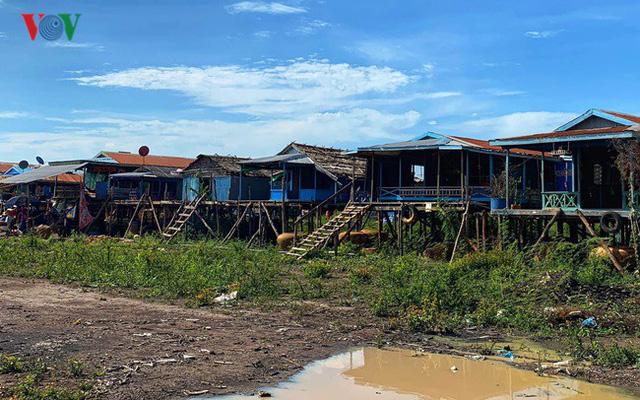 Đoàn công tác liên ngành thăm bà con người Việt ở Biển Hồ (Campuchia) - Ảnh 1.