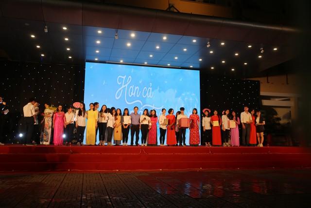 Lễ tri ân trưởng thành đầy xúc động của học sinh lớp 12 trường THPT Yên Hòa - ảnh 1