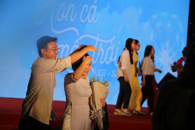 Lễ tri ân trưởng thành đầy xúc động của học sinh lớp 12 trường THPT Yên Hòa - ảnh 6