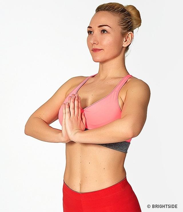 Bài tập nâng ngực giúp bạn có vòng một quyến rũ - Ảnh 2.