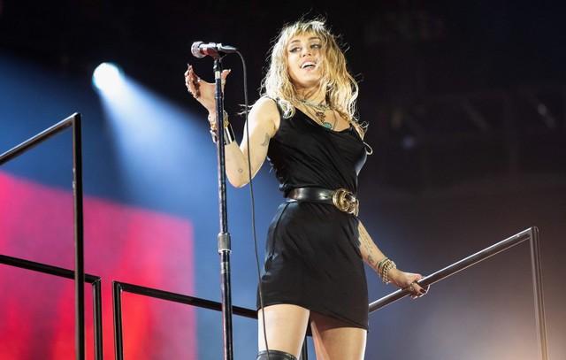 Miley Cyrus giải thích nguyên nhân nhắc tới Nicki Minaj và Cardi B trong ca khúc mới - Ảnh 1.