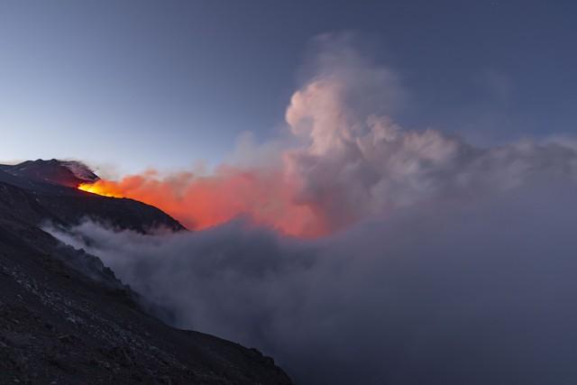 Núi lửa phun đẹp như pháo hoa - Ảnh 1.