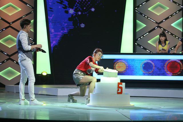 Ca sĩ Miko Lan Trinh quỳ xuống cầu xin Baggio trong Quả cầu bí ẩn - Ảnh 7.
