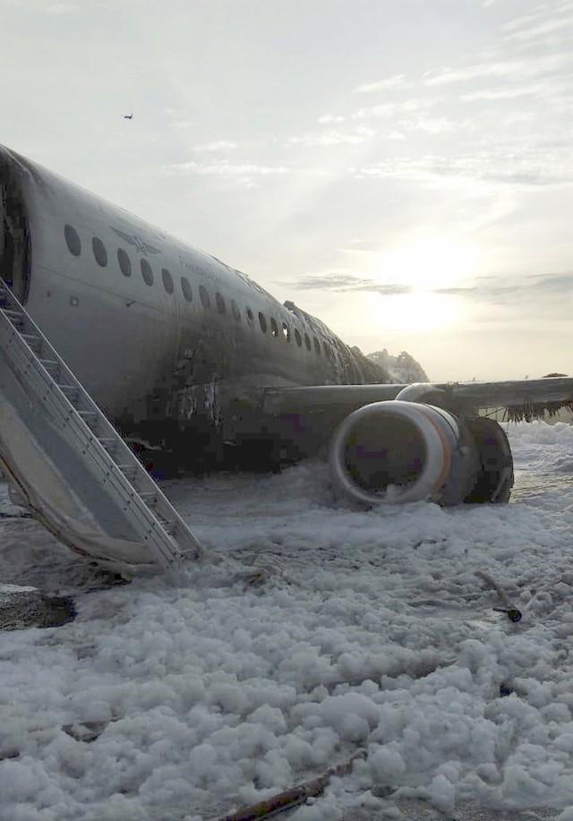 Máy bay Nga bốc cháy dữ dội khi hạ cánh, 41 người thiệt mạng - Ảnh 4.