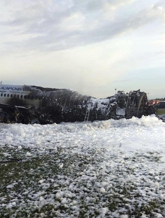Máy bay Nga bốc cháy dữ dội khi hạ cánh, 41 người thiệt mạng - Ảnh 3.