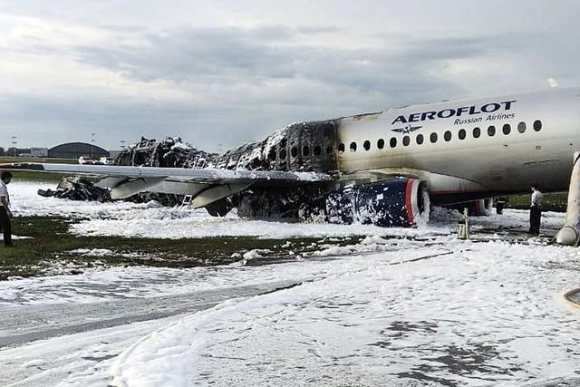 Máy bay Nga bốc cháy dữ dội khi hạ cánh, 41 người thiệt mạng - Ảnh 2.
