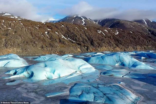 Cận cảnh vẻ đẹp kỳ ảo của dòng sông băng lớn nhất châu Âu - Ảnh 1.