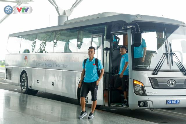 ĐT Việt Nam lên đường sang Thái Lan dự King's Cup 2019: HLV Park Hang Seo chia tay Đình Trọng ở sân bay - Ảnh 1.