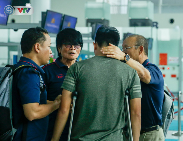 ĐT Việt Nam lên đường sang Thái Lan dự King's Cup 2019: HLV Park Hang Seo chia tay Đình Trọng ở sân bay - Ảnh 13.