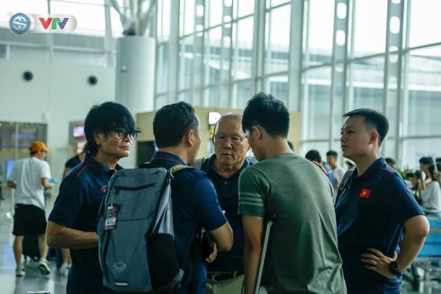 ĐT Việt Nam lên đường sang Thái Lan dự King's Cup 2019: HLV Park Hang Seo chia tay Đình Trọng ở sân bay - Ảnh 12.