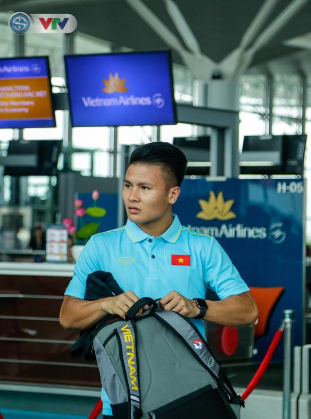 ĐT Việt Nam lên đường sang Thái Lan dự King's Cup 2019: HLV Park Hang Seo chia tay Đình Trọng ở sân bay - Ảnh 10.