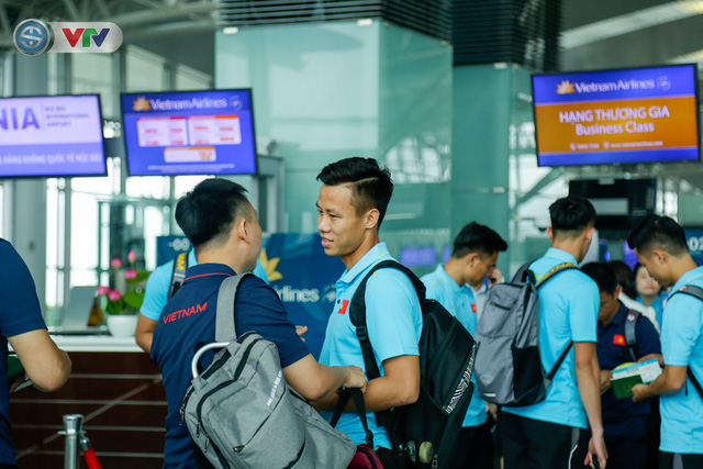 ĐT Việt Nam lên đường sang Thái Lan dự King's Cup 2019: HLV Park Hang Seo chia tay Đình Trọng ở sân bay - Ảnh 9.