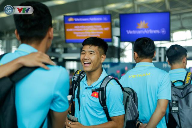 ĐT Việt Nam lên đường sang Thái Lan dự King's Cup 2019: HLV Park Hang Seo chia tay Đình Trọng ở sân bay - Ảnh 8.