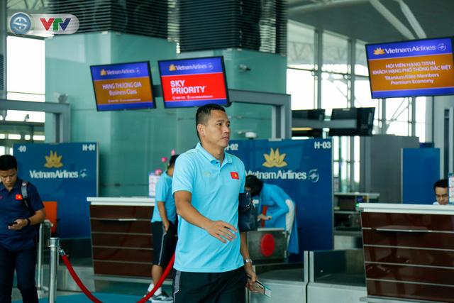 ĐT Việt Nam lên đường sang Thái Lan dự King's Cup 2019: HLV Park Hang Seo chia tay Đình Trọng ở sân bay - Ảnh 7.