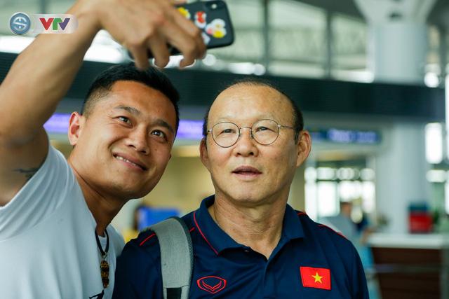 ĐT Việt Nam lên đường sang Thái Lan dự King's Cup 2019: HLV Park Hang Seo chia tay Đình Trọng ở sân bay - Ảnh 5.