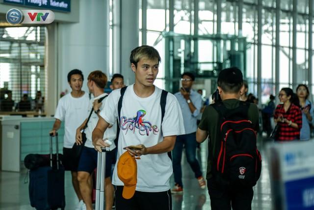 ĐT Việt Nam lên đường sang Thái Lan dự King's Cup 2019: HLV Park Hang Seo chia tay Đình Trọng ở sân bay - Ảnh 6.