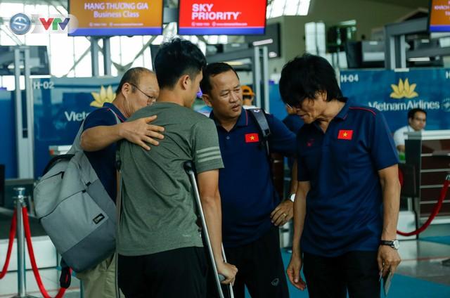 ĐT Việt Nam lên đường sang Thái Lan dự King's Cup 2019: HLV Park Hang Seo chia tay Đình Trọng ở sân bay - Ảnh 11.