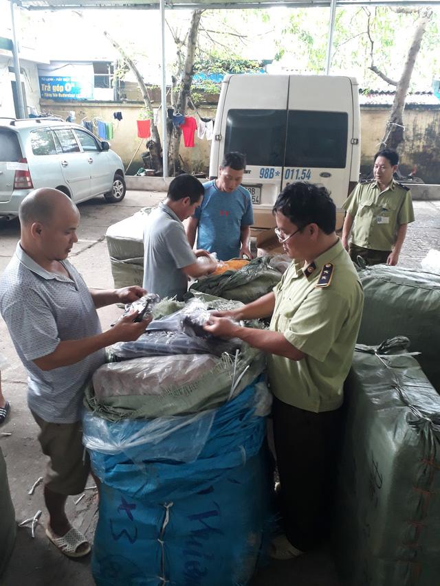 Lạng Sơn: Tạm giữ 1.300 sản phẩm có dấu hiệu giả mạo thương hiệu - Ảnh 1.