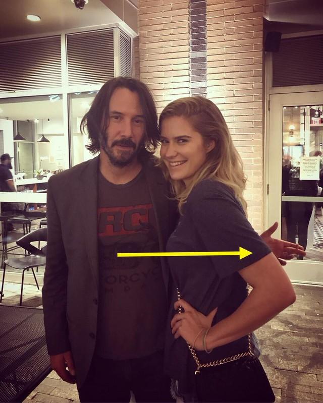 Fan 'phát cuồng' vì bàn tay lịch thiệp của Keanu Reeves - Ảnh 3.