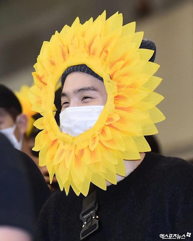 BTS gây choáng với thời trang kiểu... hoa hướng dương - Ảnh 1.